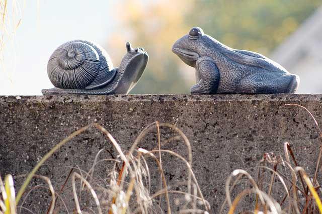 Polyresin Schnecke und Frosch auf Podest